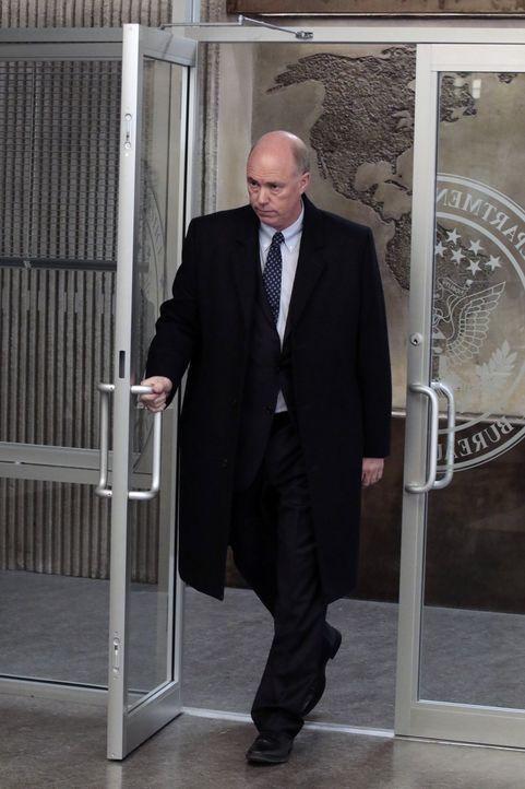 Auf Druck von CIA-Vizechef Carter (Michael Gaston) begeht Mayfair den nächsten Fehler ... - Bildquelle: Warner Brothers