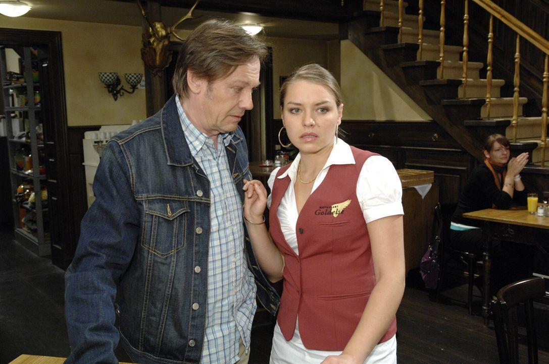 Armin (Rainer Will, l.) hat eine wichtige Nachricht an Katja (Karolina Lodyga, r.), die sie in Panik geraten lässt ... - Bildquelle: Sat.1