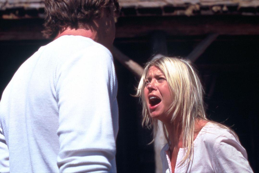 Bereits nach kurzer Zeit muss Julianne (Tara Reid, r.) erkennen, dass Mitch (Kip Pardue, l.) nicht der ist, für den sie ihn gehalten hat ... - Bildquelle: Splendid Pictures
