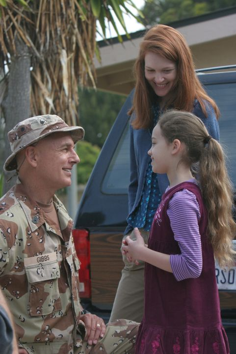 Während Gibbs (Mark Harmon, l.) im Koma liegt, träumt er von früheren Zeiten, als seine Frau (Darby Stanchfield, M.) und seine Tochter (Mary Mous... - Bildquelle: CBS Television