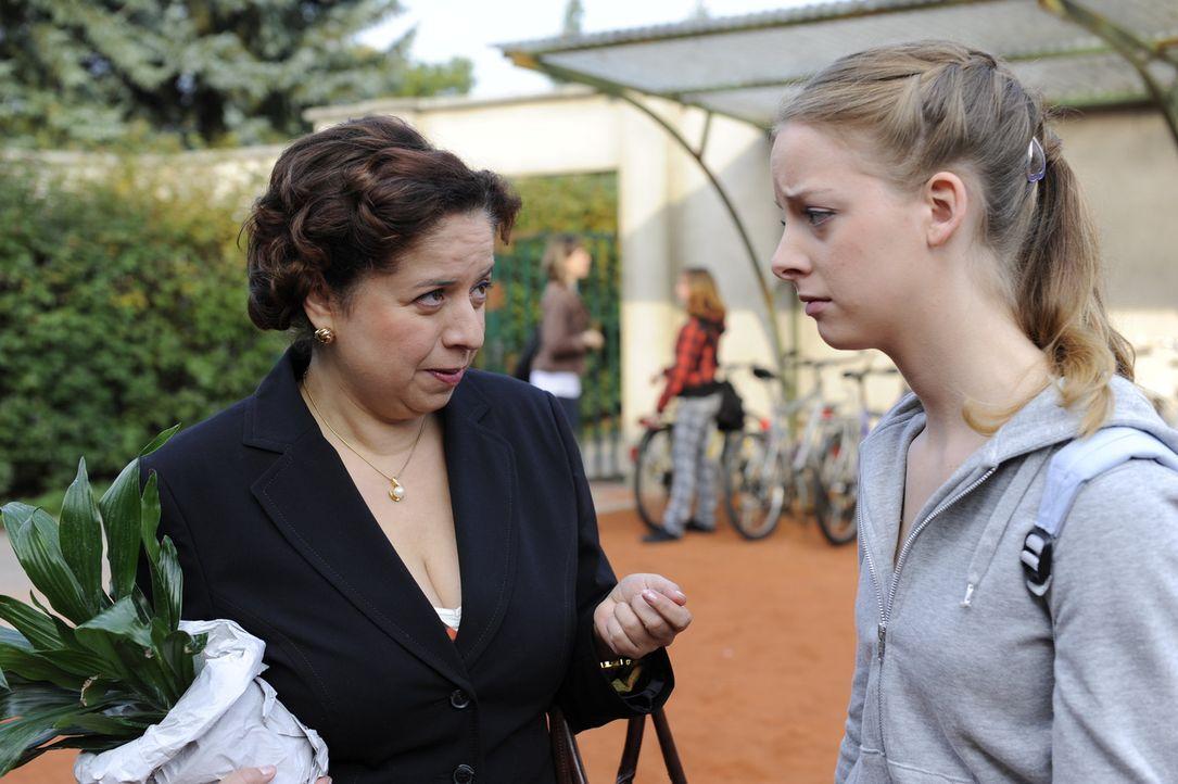 Während Bea alles versucht, Ben ihre Gefühle zu verheimlichen, findet Ingrid (Franziska Traub, l.) die traurige Lara (Amelie Plaas Link, r.) ... - Bildquelle: SAT.1