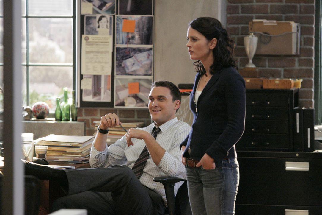 Sollen gemeinsam mit ihren Kollegen, den Mord an Ed Didrikson aufklären: Teresa (Robin Tunney, r.) und Wayne (Owain Yeoman, l.) ... - Bildquelle: Warner Bros. Television