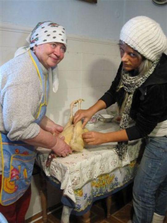Von ihren Eltern wird die 17jährige Alica (r.) zu einer Huzulen-Familie, die traditionell wie vor 100 Jahren lebt, in die Ukraine geschickt ... - Bildquelle: kabel eins