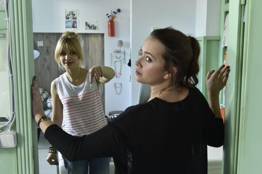 Sally (Laura Osswald, r.) hilft Mila (Susan Sideropoulos, l.), sich auf das große Date vorzubereiten ... - Bildquelle: Claudius Pflug sixx
