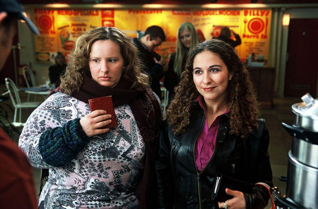 """Zwei Mädels (Nina Vorbrodt, l. und Shirin Soraya, r.) wollen mal so richtig """"auf die Kacke hauen"""". Da bietet sich ein Fast-Food-Restaurant doch dire... - Bildquelle: Guido Engels Sat.1"""