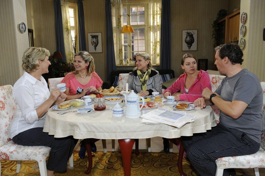 Mia ist froh, bei den Polaukes/Brodas eine neue Familie gefunden zu haben. (v.l.n.r.): Susanne (Heike Jonca), Mia (Josephine Schmidt), Anna (Jeanett... - Bildquelle: SAT.1
