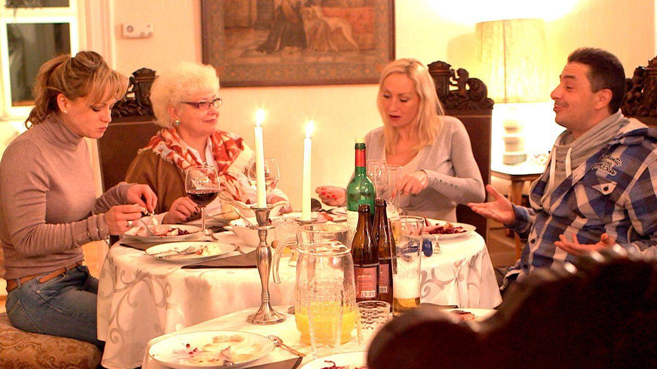 Bei einem gemeinsamen Abendessen mit Christina (l.) erfahren Holger (r.) und Doro (2.v.r.) erfahren, dass Marlies (2.v.l.) sie beim Ordnungsamt ange... - Bildquelle: SAT.1