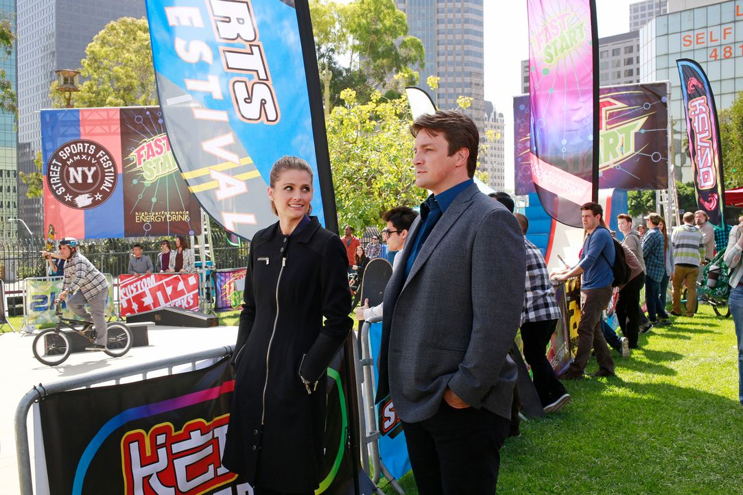Ihre Ermittlungen führen Kate (Stana Katic, l.) und Castle (Nathan Fillion, r.) diesmal in die bunte Welt der Skateboarder ... - Bildquelle: 2014 American Broadcasting Companies, Inc. All rights reserved.