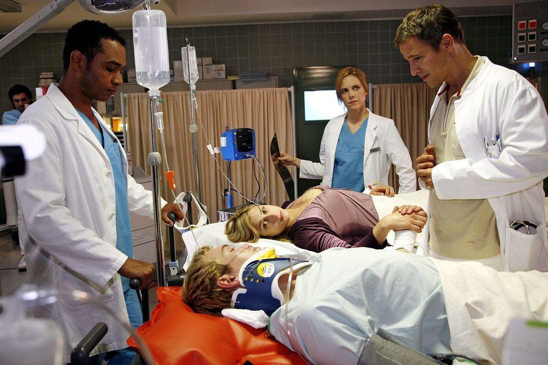 Solomon, Luisa und Stephan kümmern sich um Jan und Jessica, die unbedingt noch vor der OP heiraten wollen. v.l.n.r.: Solomon (Toks Körner), Jan (F... - Bildquelle: Mosch Sat.1