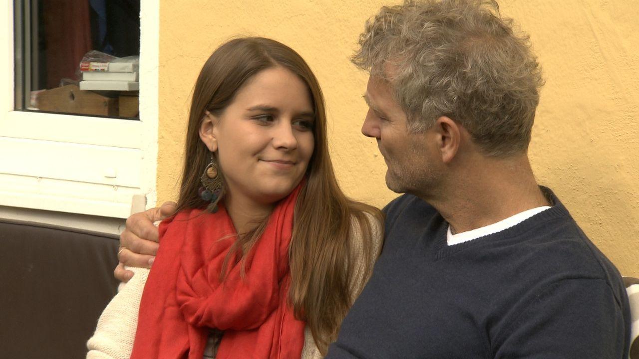 Arne Trumpf (r.) hat ein sehr gutes Verhältnis zu seiner Tochter Lara (l.). Doch hat sie ein Geheimnis vor ihm? - Bildquelle: SAT.1