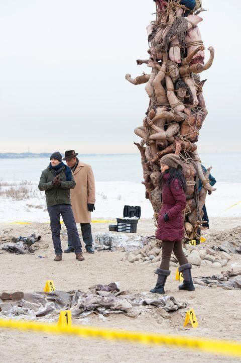 Wer ist verantwortlich für das grauenhafte Kunstwerk am Strand? Jack Crawford (Laurence Fishburne, M), Will Graham (Hugh Dancy, l.) und Beverly Kat... - Bildquelle: Brooke Palmer 2013 NBCUniversal Media, LLC