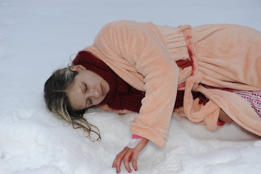 Mia (Josephine Schmidt) bricht auf dem Weg ins Krankenhaus in einer gottverlassenen Gegend zusammen. Wird noch rechtzeitig Hilfe kommen? - Bildquelle: SAT.1