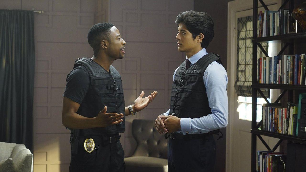 Ermitteln in einem neuen Fall: Lee (Jon Foo, r.) und Carter (Justin Hires, l.) ... - Bildquelle: Warner Brothers