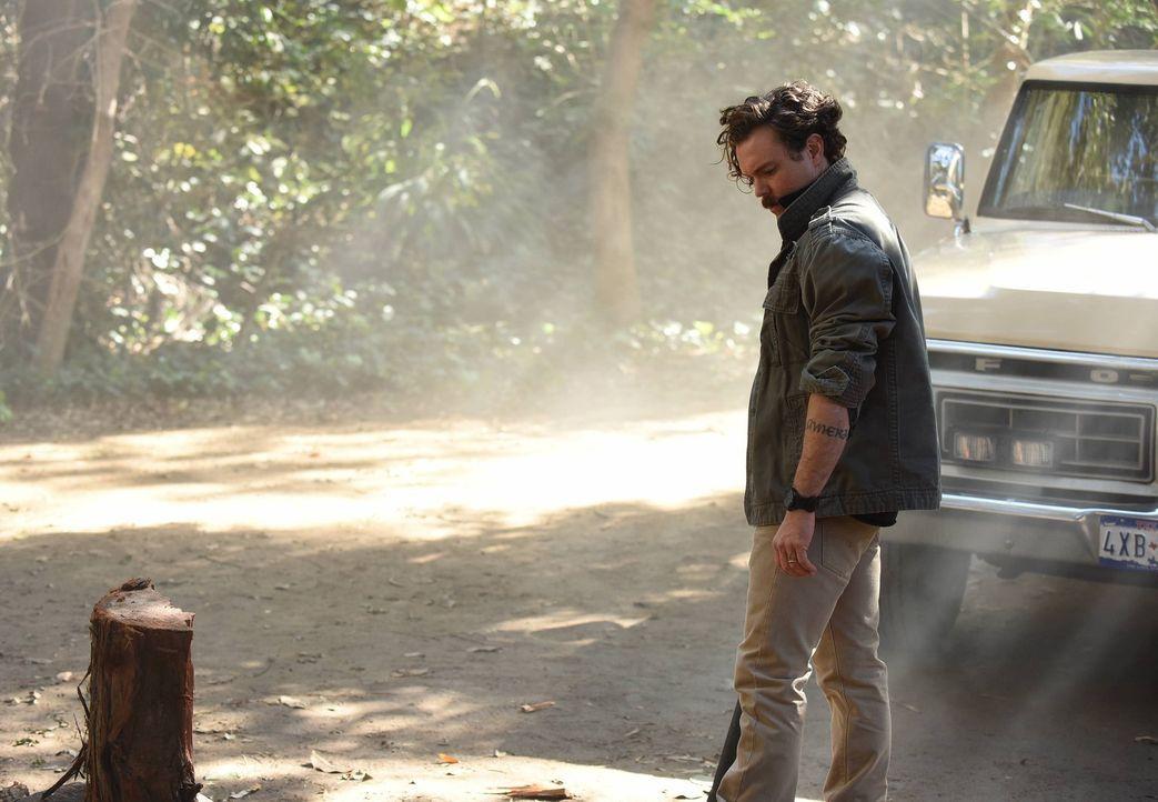 Riggs (Clayne Crawford) befreit den eiskalten Killer Gideon Lyons in einer mehr als riskanten Aktion aus dem Polizeigewahrsam und versteckt ihn in s... - Bildquelle: 2016 Warner Brothers