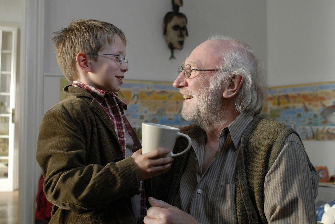Tim (Lukas Schust, l.) liebt seinen Opa (Karl Merkatz, r.) über alles und kümmert sich um ihn. - Bildquelle: Sat.1