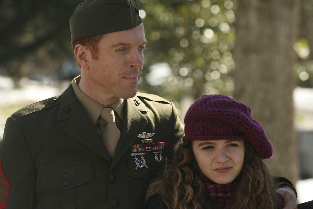 Als Held kehrt Nicholas Brody (Damian Lewis, l.) zu seiner Familie zurück, aber er hat acht Jahre im Leben seiner Tochter Dana (Morgan Saylor, r.)... - Bildquelle: 2011 Twentieth Century Fox Film Corporation. All rights reserved.