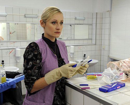 Findet einen Schwangerschaftstest im Schulklo: Karin ... - Bildquelle: Christoph-Assmann - Sat1