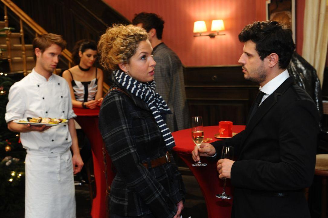 Was ist mit Nina (Maria Wedig, 2.v.r.) und Luca (Manuel Cortez, r.) los? - Bildquelle: SAT.1