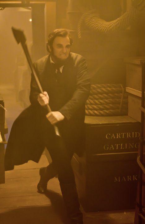In seinem Amt kämpft Präsident Abraham Lincoln (Benjamin Walker) für sein Land, doch nebenbei bekämpft er heimlich Vampire, die offenbar Böses im Sc... - Bildquelle: Stephen Vaughan 2012 Twentieth Century Fox Film Corporation. All rights reserved. / Stephen Vaughan