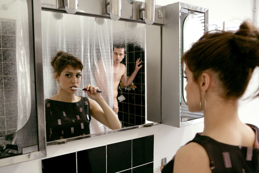 Auch das Bad wird schwesterlich geteilt: Jacks (Brittany Murphy, l.) und der schwule Peter (Matthew Rhys, r.) ... - Bildquelle: Chris Raphael 2007 EUROPACORP - SKYLINE (LoD) LIMITED