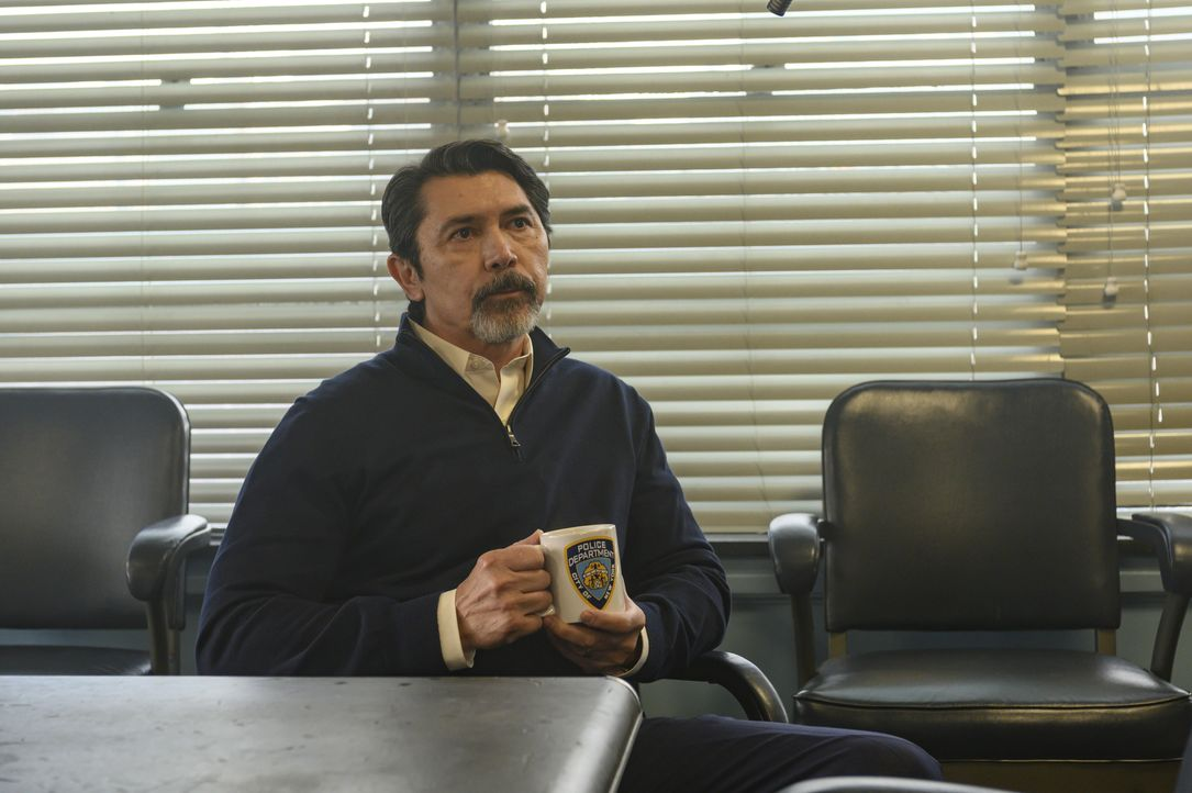 Gil Arroyo (Lou Diamond Phillips) - Bildquelle: David Giesbrecht 2019 Warner Bros. Entertainment Inc. All Rights Reserved. / David Giesbrecht