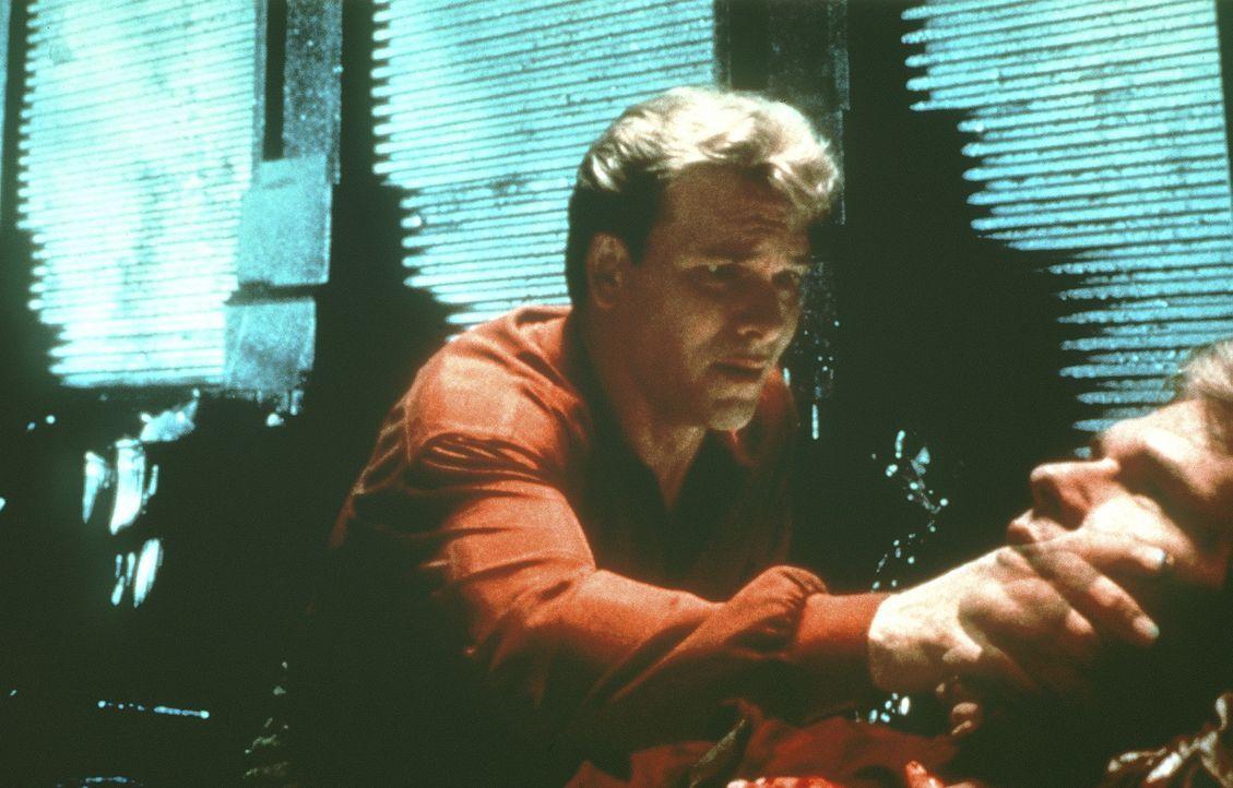Sam (Patrick Swayze) stellt entsetzt fest, dass er tot ist - er existiert nur noch als Geist ... - Bildquelle: Paramount Pictures