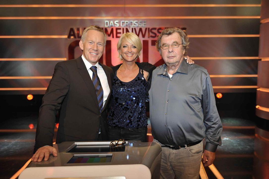 Johannes B. Kerner (l.) moderiert die Show während die Promi-Joker Helmuth Karasek (r.) und Ulla Kock am Brink (M.) versuchen den Kandidaten weiter... - Bildquelle: SAT.1