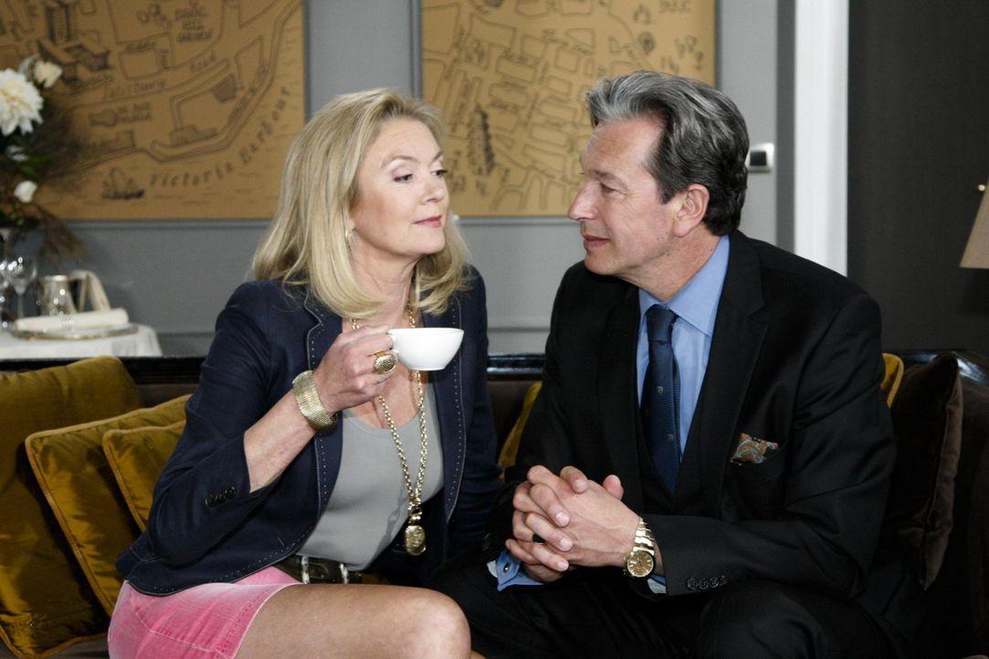 Julius (Günter Barton, r.) ist ehrlich bemüht, Elisabeth (Birthe Berg, l.) zurückzugewinnen .... - Bildquelle: SAT.1
