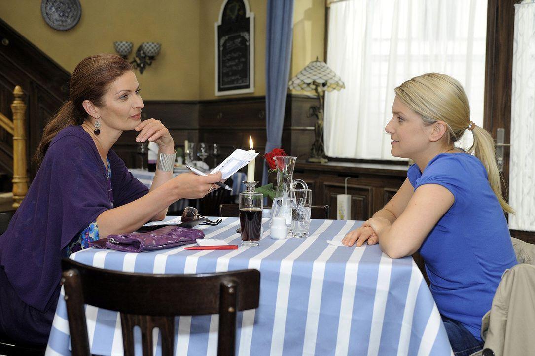 Natascha (Franziska Matthus, l.) versucht Anna (Jeanette Biedermann, r.) zu bestechen ... - Bildquelle: Sat.1