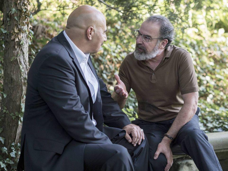 Noch ahnt Saul (Mandy Patinkin, r.) nicht, dass seine geheime Mission mit dem syrischen General Youssef (Igal Naor, l.) durch eine überraschende Wen... - Bildquelle: Stephan Rabold 2015 Showtime Networks, Inc., a CBS Company. All rights reserved.