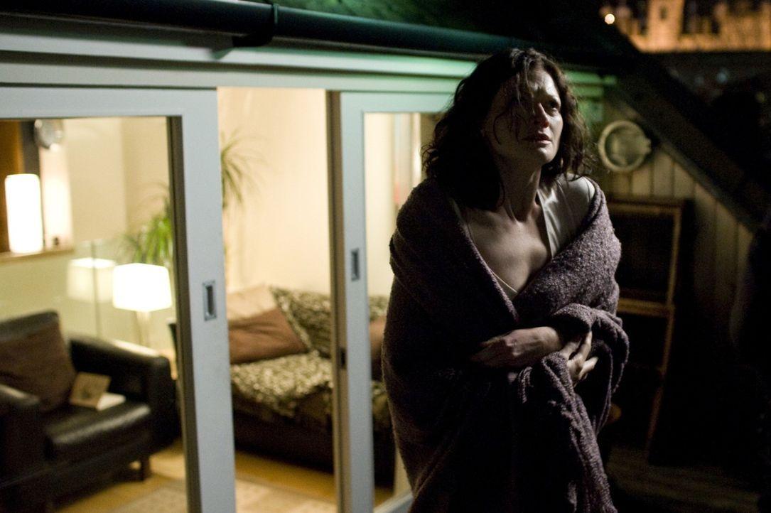 Viel zu spät erkennt die Parapsychologin Mary Florescu (Sophie Ward), dass das unheilvolle Gebäude die Wegkreuzung der Toten auf dem Weg ins Jense... - Bildquelle: Sunfilm