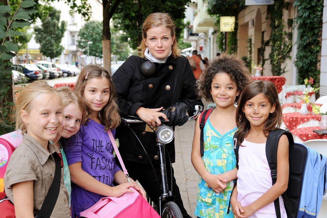 Lilly (Mira Bartuschek) ist die einzige Schornsteinfegerin Berlins. Deshalb dient sie immer wieder als Glücksbotin und darf zum Beispiel die Nasen... - Bildquelle: Aki Pfeiffer Sat.1