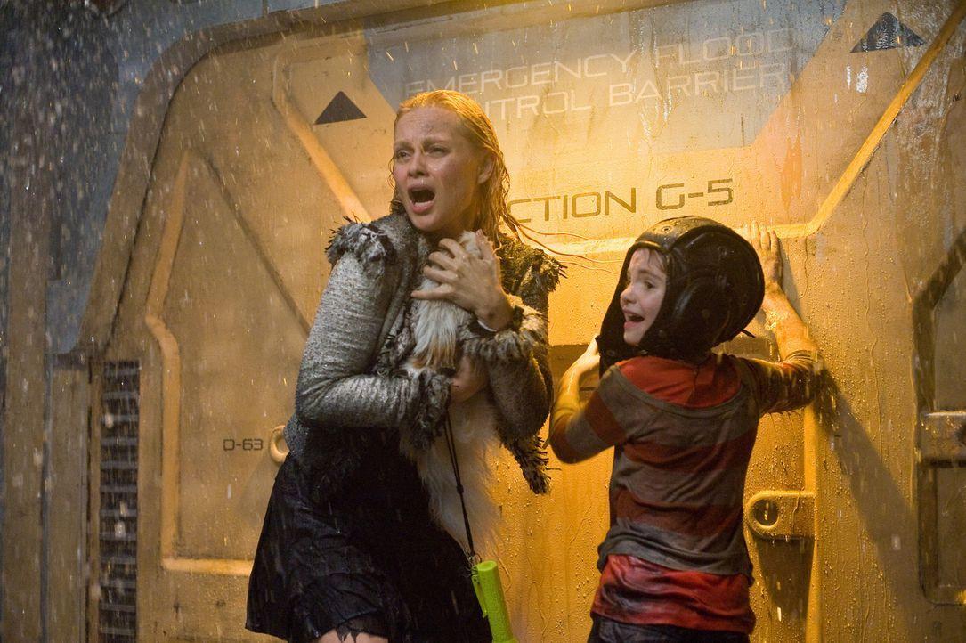 Immer wieder müssen Tamara (Beatrice Rosen, l.) und die kleine Lilly (Morgan Lily, r.) erfahren, dass für sie kein Rettungsprogramm zuständig ist... - Bildquelle: 2009 Columbia Pictures Industries, Inc. All Rights Reserved.