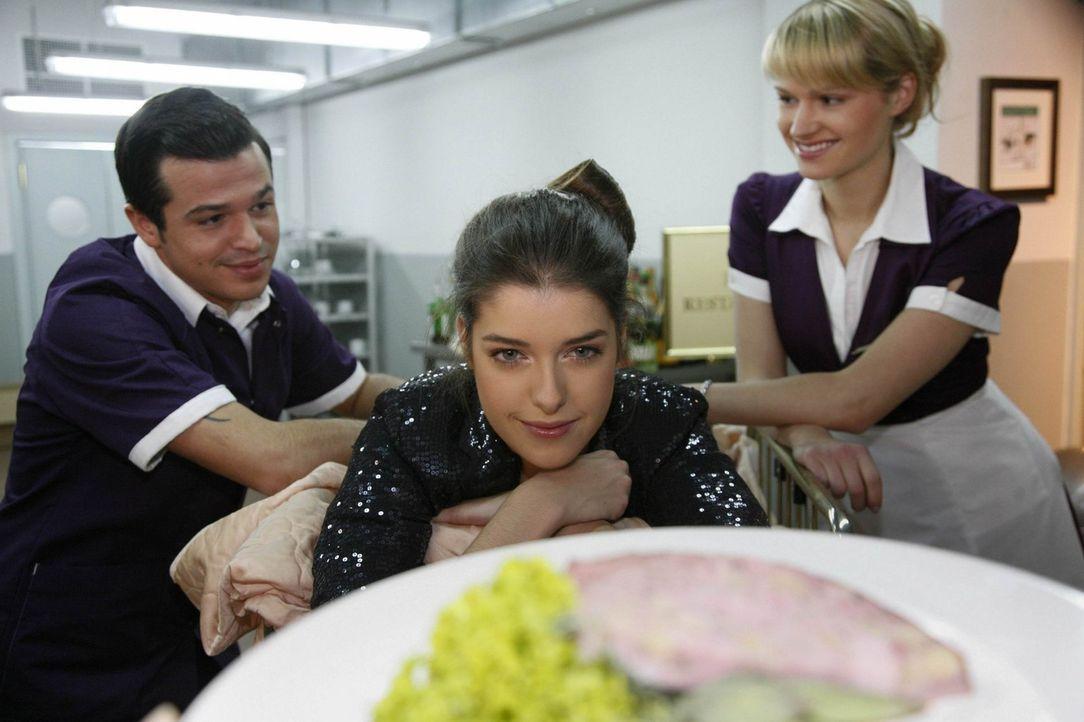 Amanda (Marie Nasemann, M.) gibt sich ungezügelt ihren Gelüsten hin. Bilge (Olgu Caglar, l.) und Jessica (Isabell Ege, r.) halten sie nicht davon... - Bildquelle: SAT.1