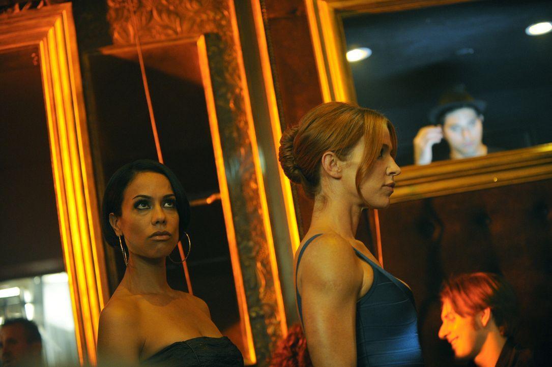 Ein It-Girl wird vermisst. Carrie (Poppy Montgomery, r.) und Nina (Daya Vaidya, l.) suchen nach Hinweisen um dahinter zu kommen, was mit ihr passier... - Bildquelle: 2011 CBS Broadcasting Inc. All Rights Reserved.