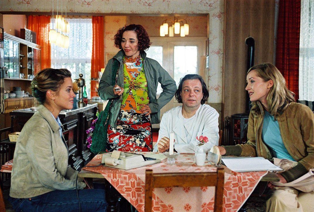 "Die berühmte TV-Moderatorin Karen (Silvina Buchbauer, r.) glaubt sich mit ihrer Assistentin Beate (Anja Franke, 2.v.l.) in dem ""Romantik Hotel"", da... - Bildquelle: Sat.1"