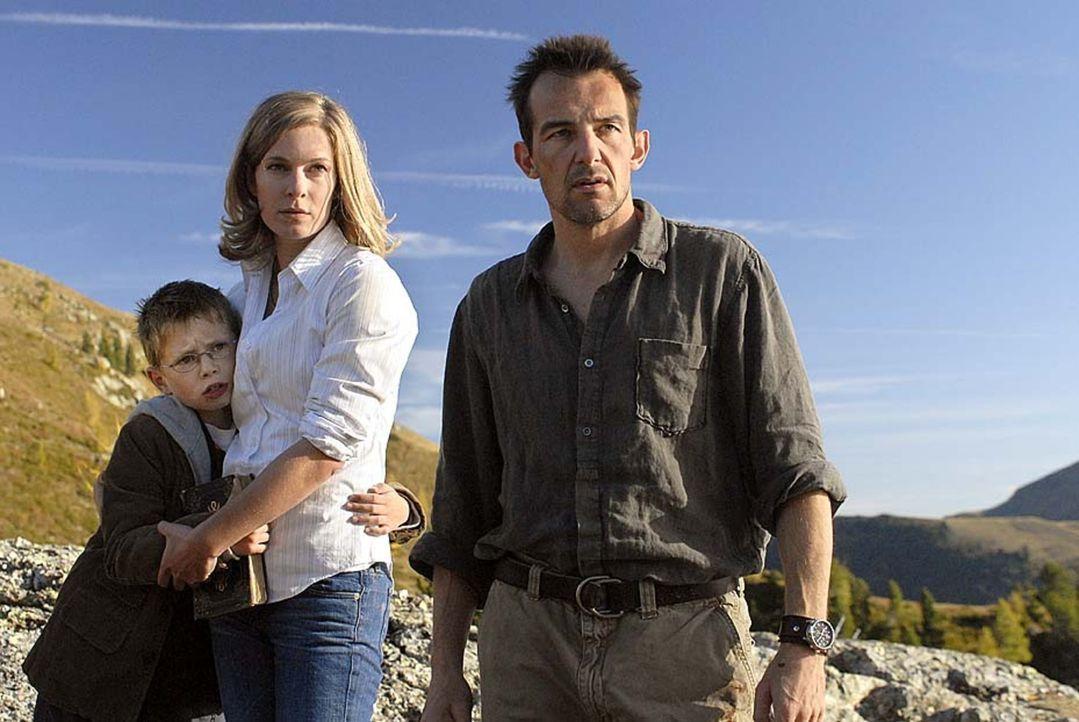 Kaum hat Anna (Lisa Martinek, M.) Tim (Lukas Schust, l.) gefunden, geraten sie gemeinsam mit Eric (Hans-Werner Meyer, r.) erneut in Gefahr ... - Bildquelle: Sat.1