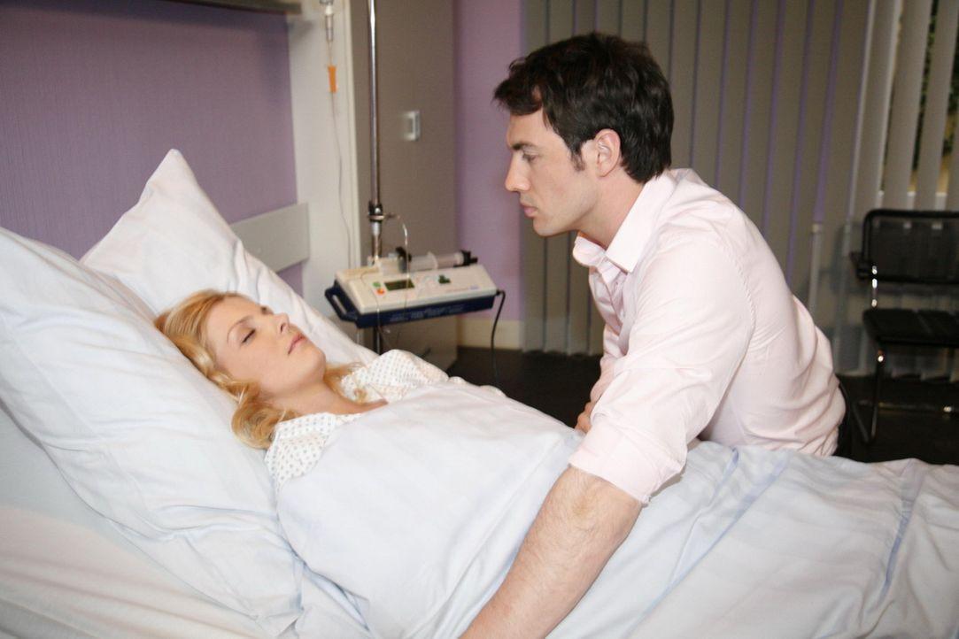 Mark (Arne Stephan, r.) bangt um das Leben von Alexandra (Ivonne Schönherr, l.) ... - Bildquelle: SAT.1