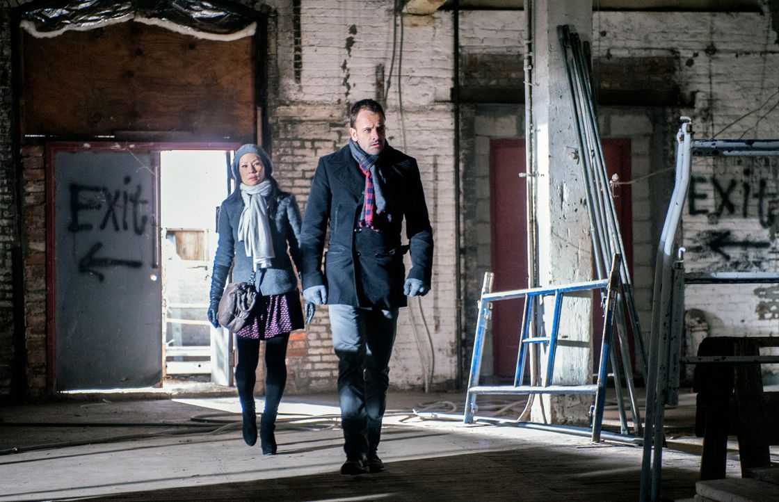 Ein neuer Fall beschäftigt Sherlock Holmes (Jonny Lee Miller, r.) und Joan Watson (Lucy Liu, l.) ... - Bildquelle: CBS Television
