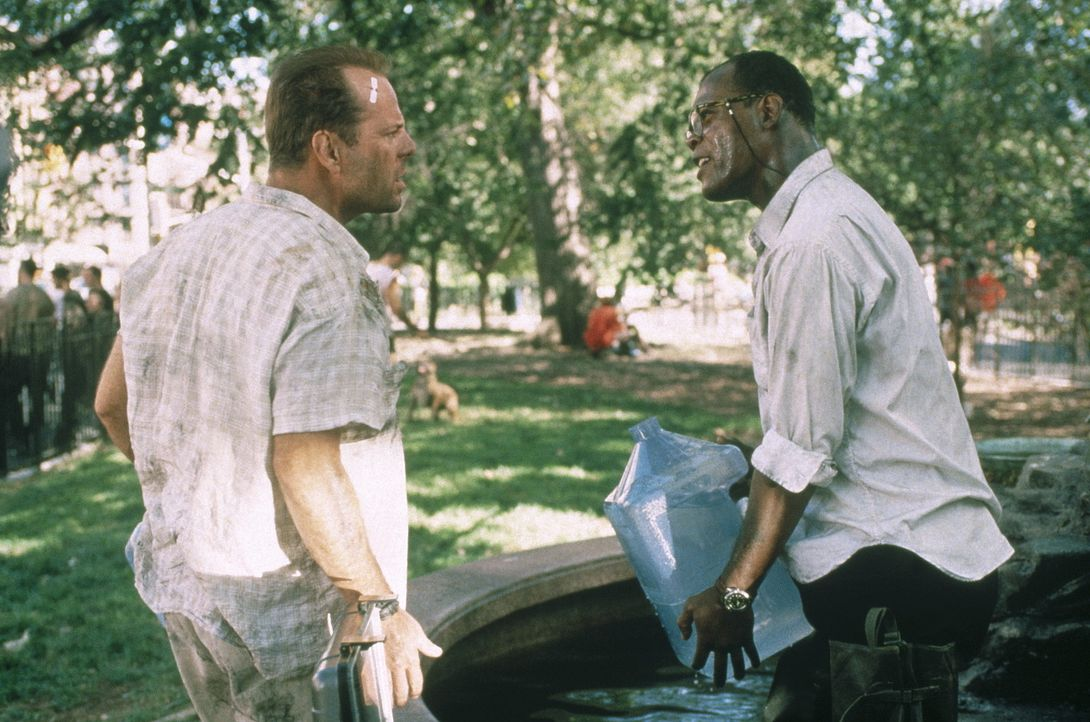 Simon macht sich einen Spaß daraus, McClane (Bruce Willis, l.) und seinen unfreiwilligen Partner Zeus (Samuel L. Jackson, r.) auf einer makaberen S... - Bildquelle: 20th Century Fox