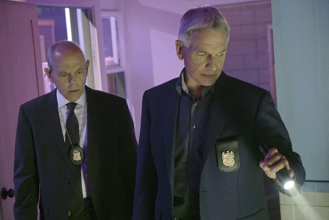 Gibbs (Mark Harmon, r.) und FBI-Agent Tobias Fornell (Joe Spano, l.) müssen zusammenarbeiten, als zwei britische Gefangene ausgebrochen sind und mit... - Bildquelle: Bill Inoshita 2016 CBS Broadcasting, Inc. All Rights Reserved