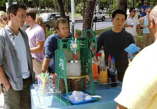 Der Polizist Meka wird auf grausame Weise ermordet. Steve (Alex O'Loughlin), Danno (Scott Caan) und Chin (Daniel Dae Kim) beginnen umgehend mit den... - Bildquelle: CBS Studios Inc