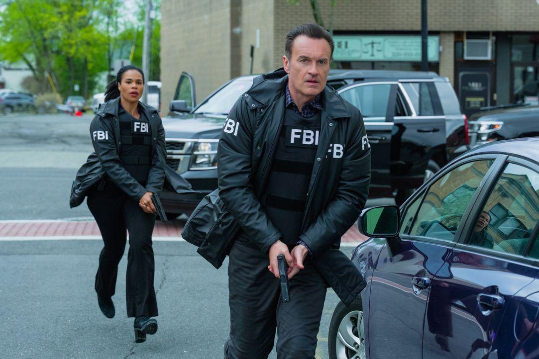 Sheryll Barnes (Roxy Sternberg, l.); Jess LaCroix (Julian McMahon, r.) - Bildquelle: Mark Schafer 2020 CBS Broadcasting Inc. All Rights Reserved. / Mark Schafer
