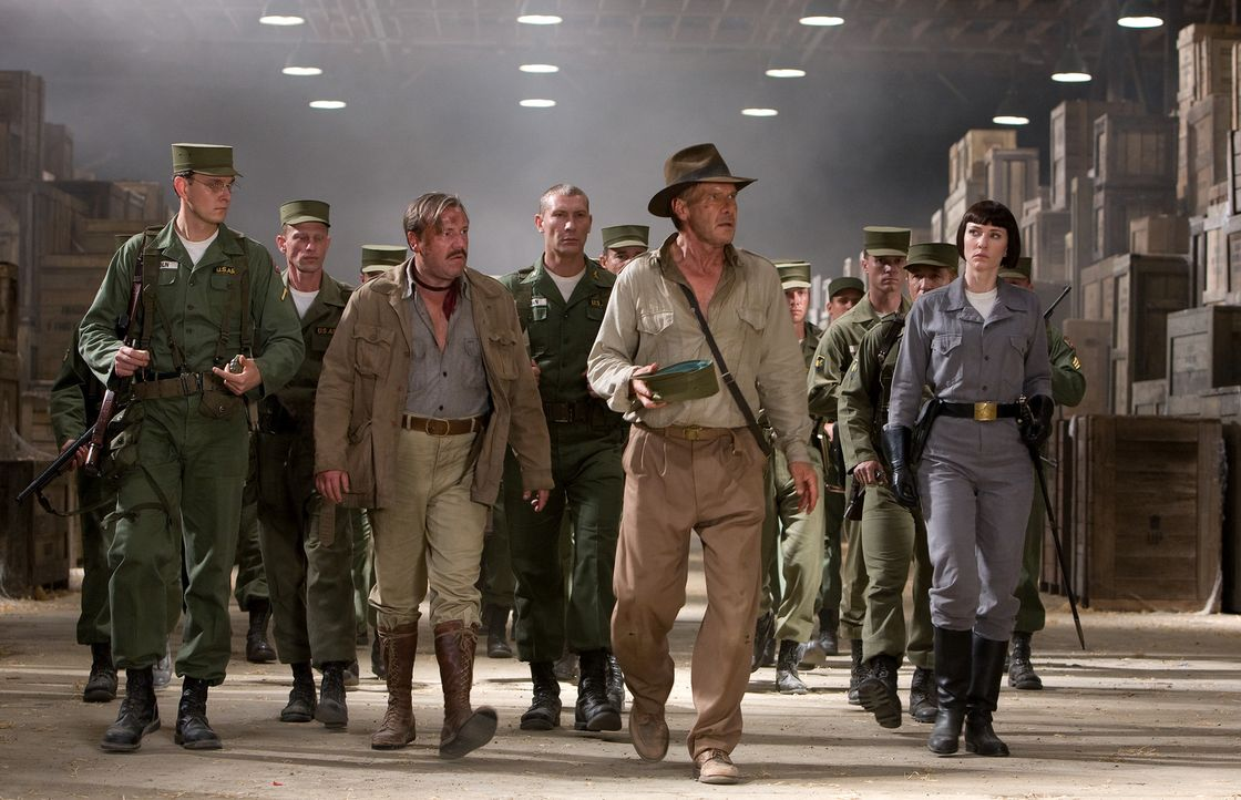 Der in die Jahre gekommene Archäologe Indiana Jones (Harrison Ford, 2.v.r.) wird gemeinsam mit seinem Freund und Kampfgefährten Mac (Ray Winstone,... - Bildquelle: David James Lucasfilm Ltd. & TM. All Rights Reserved