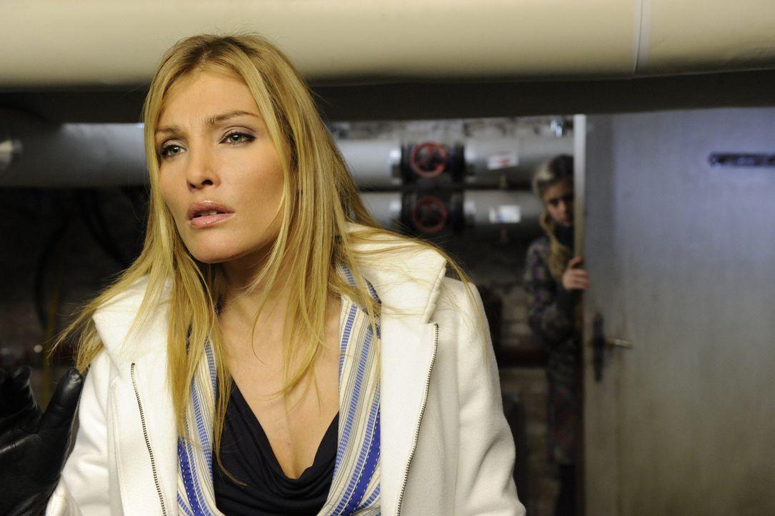 Als sich Annett (Tanja Wenzel, l.) Alexanders Nähe gesichert hat, begibt sie sich noch mal unter einem Vorwand zum Schloss. Dort befreit sie Mia (J... - Bildquelle: SAT.1