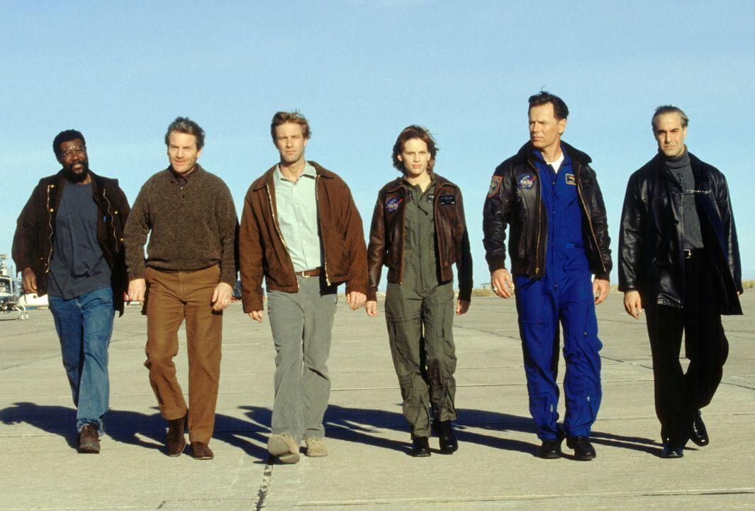 Um die Welt vor dem Untergang zu bewahren, will ein Team erfahrener Wissenschaftler und Astronauten (v.l.n.r.: Delroy Lindo, Tchéky Karyo, Aaron Ec... - Bildquelle: TM & Copyright   2003 by Paramount Pictures. All Rights Reserved.