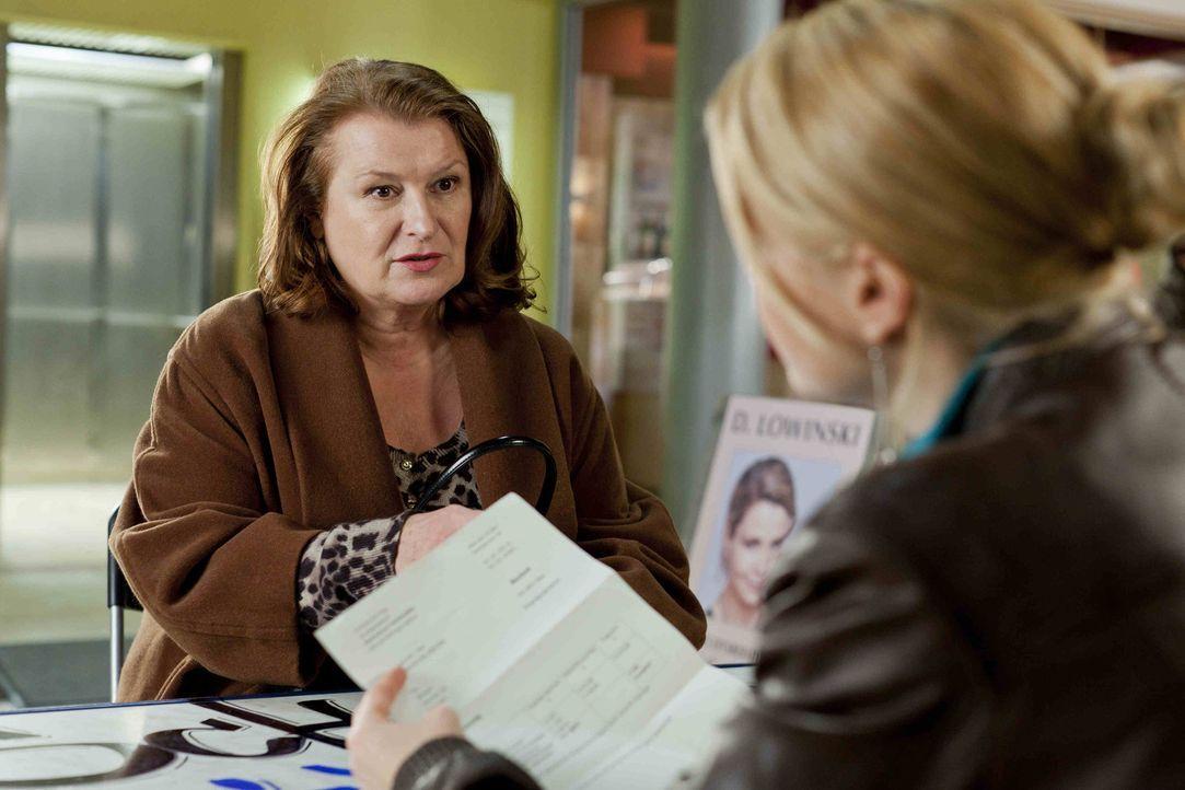 Ulla Bode (Traute Hoess, l.) hat ein Problem und sucht deshalb Hilfe bei Danni (Annette Frier, r.). Doch wird sie ihr weiterhelfen können? - Bildquelle: SAT.1