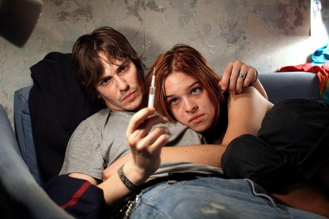 Eigentlich wollte Nadja (Nikola Rudle, r.) lediglich, ihren Freund Robi (Christoph Schärf, l.) von den Drogen wegbringen. Doch schon bald erliegt s... - Bildquelle: SAT.1
