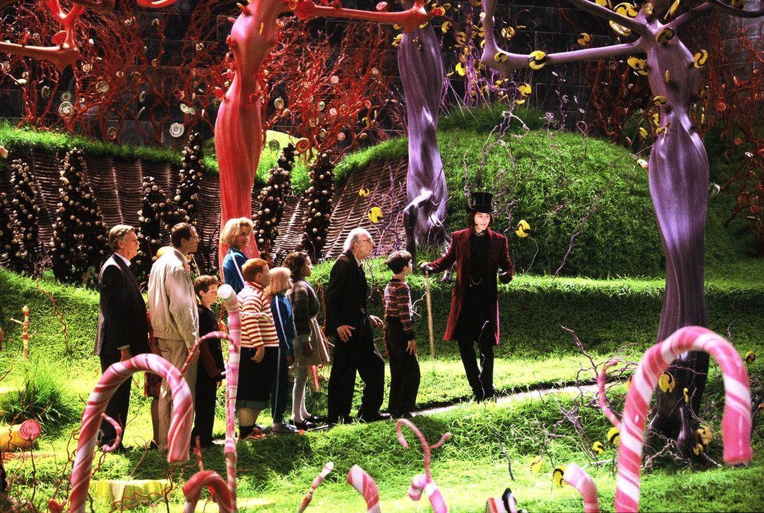Willi Wonka (Johnny Depp, r.) sucht eigentlich nach einem würdigen Nachfolger, der eines Tages seine Fabrik übernehmen und leiten wird. Doch er find... - Bildquelle: Warner Bros. Pictures