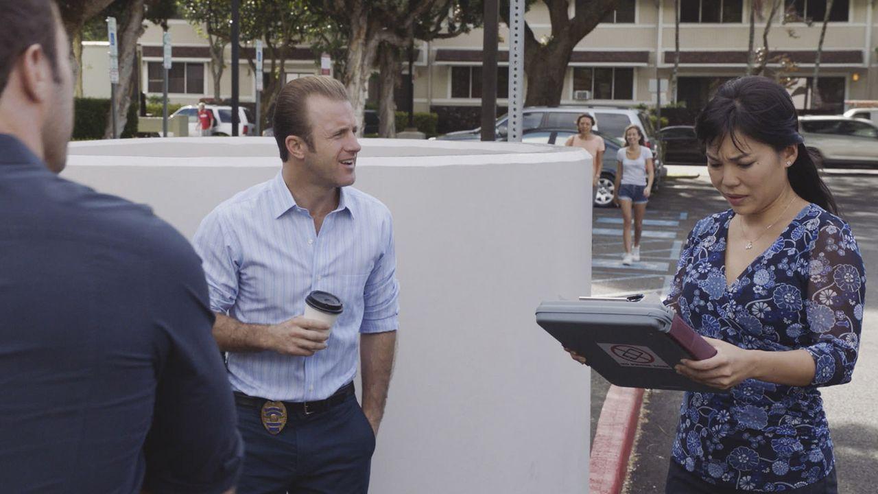 Zur Freude von Danny (Scott Caan, M.) muss Steve (Alex O'Loughlin, l.) eine Fahrt mit einer Fahrlehrerin (Cathy Tanaka, r.) bestehen, um weiterhin s... - Bildquelle: 2016 CBS Broadcasting, Inc. All Rights Reserved